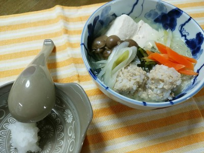 野菜を加えて煮た、鶏団子鍋。 Chicken ball pan dish with boiled vegetables